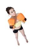 Προκλητικός ασιατικός νέος γυναικών λεπτός κατάλληλος εγκιβωτισμός γαντιών πυγμαχίας φθοράς πορτοκαλής στο wh Στοκ φωτογραφία με δικαίωμα ελεύθερης χρήσης