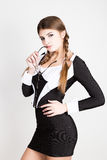 Προκλητικός γραμματέας, πορτρέτο της όμορφης επιχειρησιακής κυρίας brunette που φορά στο ριγωτό κοστούμι που δαγκώνει τη λαβή των Στοκ Φωτογραφία