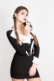 Προκλητικός γραμματέας, πορτρέτο της όμορφης επιχειρησιακής κυρίας brunette που φορά στο ριγωτό κοστούμι που δαγκώνει τη λαβή των Στοκ Εικόνες