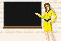 Προκλητικός λεπτός δάσκαλος κοντά στο σχολικό πίνακα Στοκ φωτογραφία με δικαίωμα ελεύθερης χρήσης