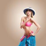 Προκλητικός θέστε μιας γυναίκας στο καπέλο που φορά ένα ρόδινο μπικίνι Στοκ Φωτογραφίες