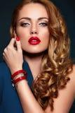 Προκλητικός μοντέρνος ξανθός κινηματογραφήσεων σε πρώτο πλάνο μόδας με τα κόκκινα χείλια Στοκ Εικόνες