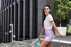 Προκλητικός μόδας περίπατος γυναικών γοητείας πρότυπος όμορφος στα σκαλοπάτια Στοκ Εικόνες