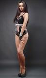 Προκλητικός νέος εξωτικός χορευτής μαύρο lingerie λατέξ στο γκρίζο backgro Στοκ εικόνες με δικαίωμα ελεύθερης χρήσης