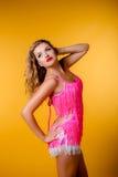 Προκλητικός νέος ξανθός σε ένα ρόδινο φόρεμα Στοκ φωτογραφία με δικαίωμα ελεύθερης χρήσης