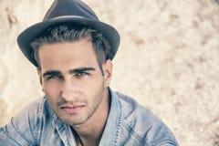 Προκλητικός νεαρός άνδρας με το καπέλο Στοκ εικόνες με δικαίωμα ελεύθερης χρήσης