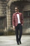 Προκλητικός νεαρός άνδρας στο κοστούμι Στοκ φωτογραφία με δικαίωμα ελεύθερης χρήσης
