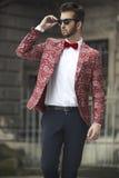 Προκλητικός νεαρός άνδρας στο κοστούμι Στοκ φωτογραφίες με δικαίωμα ελεύθερης χρήσης