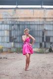 Προκλητικός ξανθός σε ένα ρόδινο φόρεμα Στοκ Φωτογραφία