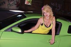 Προκλητικός ξανθός στο πράσινο αυτοκίνητο Στοκ εικόνες με δικαίωμα ελεύθερης χρήσης