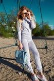 Προκλητικός περίπατος γυναικών στο knitwear ένδυσης παραλιών άμμων κοστούμι Στοκ Εικόνες