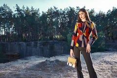 Προκλητικός πρότυπος υπαίθριος θερινός καιρός δέντρων παραλιών άμμου βράχου Στοκ Φωτογραφίες