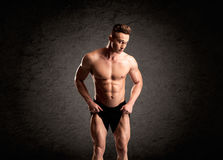 Προκλητικός τύπος ανυψωτών βάρους που παρουσιάζει μυς Στοκ Φωτογραφία