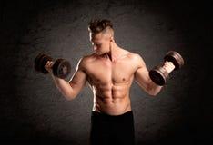 Προκλητικός τύπος ανυψωτών βάρους που παρουσιάζει μυς Στοκ εικόνες με δικαίωμα ελεύθερης χρήσης