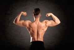 Προκλητικός τύπος ανυψωτών βάρους που παρουσιάζει μυς Στοκ Εικόνα