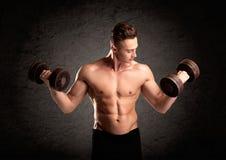 Προκλητικός τύπος ανυψωτών βάρους που παρουσιάζει μυς Στοκ φωτογραφία με δικαίωμα ελεύθερης χρήσης
