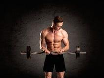 Προκλητικός τύπος ανυψωτών βάρους που παρουσιάζει μυς Στοκ φωτογραφίες με δικαίωμα ελεύθερης χρήσης