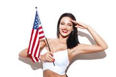 Προκλητικός χαιρετισμός γυναικών με την αμερικανική σημαία στοκ εικόνες