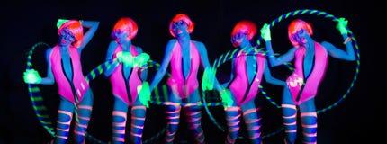 Προκλητικός χορευτής πυράκτωσης νέου UV με το hulahoop Στοκ φωτογραφία με δικαίωμα ελεύθερης χρήσης