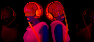 Προκλητικός χορευτής πυράκτωσης νέου UV Στοκ Εικόνα