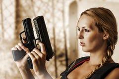 Προκλητική όμορφη γυναίκα με τα πυροβόλα όπλα στοκ φωτογραφία με δικαίωμα ελεύθερης χρήσης