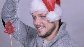 Προκλητικό άτομο στο καπέλο Άγιου Βασίλη, διακόσμηση Χριστουγέννων, πτώση χιονιού κίνηση αργή απόθεμα βίντεο
