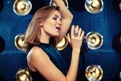 Προκλητικό αρσενικό χέρι αύξησης Subliminally τραγουδώντας στο στούντιο Στοκ εικόνες με δικαίωμα ελεύθερης χρήσης
