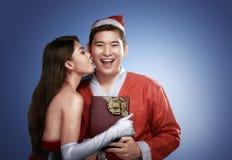 Προκλητικό ασιατικό κορίτσι που φιλά το φίλο της στα Χριστούγεννα Στοκ Εικόνες