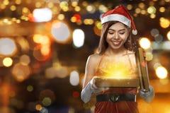 Προκλητικό ασιατικό δώρο Χριστουγέννων εκμετάλλευσης γυναικών Στοκ Φωτογραφία