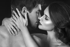 Προκλητικό ζεύγος ομορφιάς Πορτρέτο ζευγών φιλήματος Αισθησιακή γυναίκα brunette στο εσώρουχο με το νέο εραστή, εμπαθές ζεύγος Στοκ Φωτογραφίες
