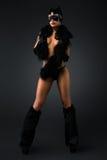 Προκλητικό θηλυκό στο μαύρο catwoman κοστούμι στοκ εικόνες