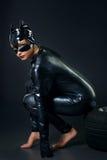 Προκλητικό θηλυκό στο μαύρο catwoman κοστούμι στοκ φωτογραφία