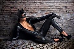 Προκλητικό θηλυκό στο μαύρο catwoman κοστούμι στοκ εικόνα με δικαίωμα ελεύθερης χρήσης