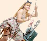 Προκλητικό καρφίτσα-επάνω κορίτσι με το εξέλικτρο ταινιών και τον εκλεκτής ποιότητας προβολέα Στοκ Φωτογραφία