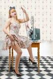 Προκλητικό καρφίτσα-επάνω κορίτσι με το εξέλικτρο ταινιών και τον εκλεκτής ποιότητας προβολέα Στοκ εικόνες με δικαίωμα ελεύθερης χρήσης