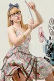 Προκλητικό καρφίτσα-επάνω κορίτσι με το εξέλικτρο ταινιών και τον εκλεκτής ποιότητας προβολέα Στοκ φωτογραφία με δικαίωμα ελεύθερης χρήσης