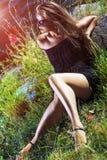 Προκλητικό καυκάσιο ξανθό θηλυκό πρότυπο στα γυαλιά ηλίου που θέτουν Outsoors Στοκ Φωτογραφία