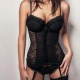 Προκλητικό κορίτσι με τα μεγάλα στήθη μαύρο lingerie κορσέδων Στοκ Εικόνα