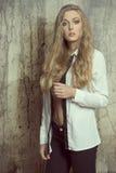 Προκλητικό κορίτσι με το ανοικτό πουκάμισο Στοκ Εικόνες