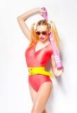 Προκλητικό κορίτσι μπέιζ-μπώλ που φορά colorfull τα ενδύματα που θέτουν με ένα ρόπαλο του μπέιζμπολ Στοκ φωτογραφία με δικαίωμα ελεύθερης χρήσης