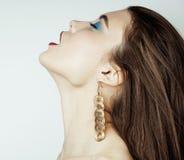 Προκλητικό κορίτσι ομορφιάς με τα κόκκινα χείλια και τα καρφιά Προκλητικός αποτελέστε Γυναίκα πολυτέλειας με τα μπλε μάτια Πορτρέ Στοκ Φωτογραφία