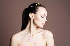 Προκλητικό κορίτσι ομορφιάς με τα πέταλα λουλουδιών Στοκ Φωτογραφία