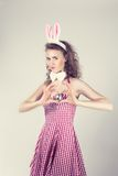 Προκλητικό κορίτσι που φορά το κοστούμι λαγουδάκι Πάσχας Στοκ Φωτογραφία