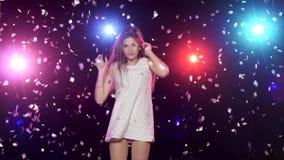 Προκλητικό κορίτσι που χορεύει και που κάνει τα φυσώντας φιλιά ενάντια στα φω'τα disco απόθεμα βίντεο