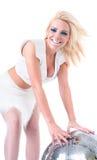 Προκλητικό κορίτσι που χορεύει με τη σφαίρα disco Στοκ εικόνες με δικαίωμα ελεύθερης χρήσης