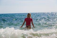 Προκλητικό κορίτσι σε sportwear και tanga στο νερό Στοκ Φωτογραφία