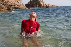 Προκλητικό κορίτσι σε sportwear στη δύσκολη παραλία Στοκ φωτογραφίες με δικαίωμα ελεύθερης χρήσης