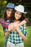 Προκλητικό κορίτσι στα καπέλα κάουμποϋ και τα πουκάμισα καρό στοκ φωτογραφίες με δικαίωμα ελεύθερης χρήσης