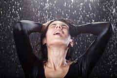 Προκλητικό κορίτσι στη βροχή Στοκ Φωτογραφία