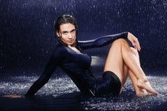 Προκλητικό κορίτσι στη βροχή Στοκ Εικόνες